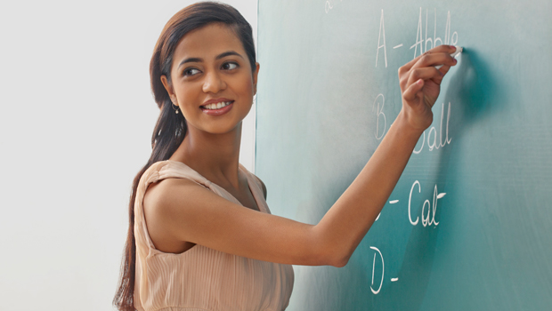 What does an online TEFL course involve?